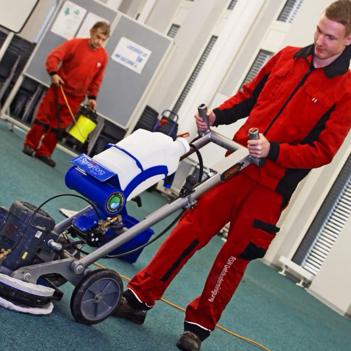 Mitarbeiter der RSN GmbH mit Maschine zur Bodenreinigung bei der Arbeit in einem Bürogebäude