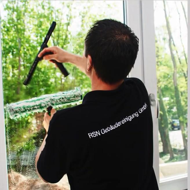 Mitarbeiter der RSN GmbH mit bei der Fensterreinigung