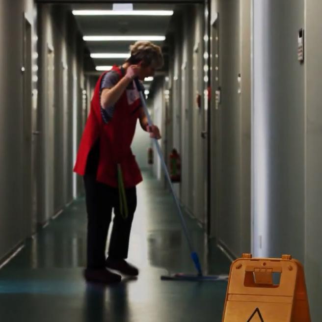 Mitarbeiterin der RSN GmbH bei der Bodenreinigung in einem Bürogebäude