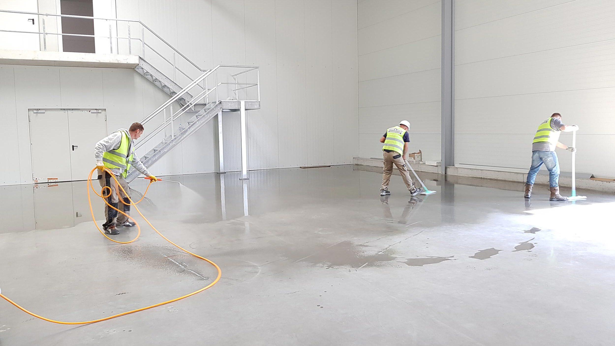 Mitarbeiter der RSN GmbH bei der Bodenreinigung einer Industriehalle